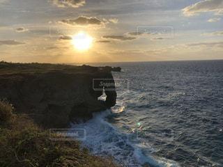 沖縄万座毛の夕陽の写真・画像素材[3213653]