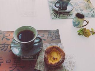 テーブルの上のコーヒーとパンの写真・画像素材[3270271]