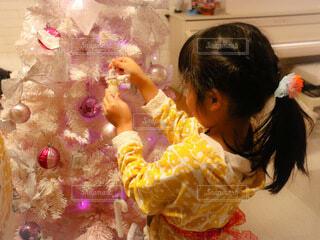 クリスマスツリーと女の子の写真・画像素材[3982465]