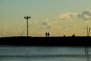 夕暮れ海のシルエットの写真・画像素材[4094725]