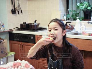 ドーナツを食べる女の子の写真・画像素材[4098592]