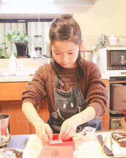 チョコレートを箱に詰める女の子の写真・画像素材[4140515]