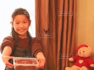チョコレートケーキを焼いた女の子の写真・画像素材[4140517]