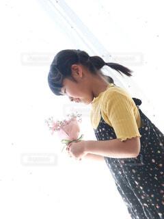 ピンクの花束を持つ女の子の写真・画像素材[4191750]