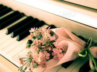 ピアノの上の花束の写真・画像素材[4196103]
