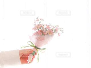 ピンクの花束を持つ手の写真・画像素材[4196101]