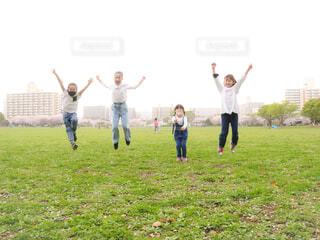 ジャンプする子供たちの写真・画像素材[4313693]