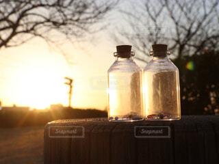夕陽と瓶の写真・画像素材[4415005]