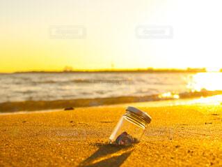 砂浜の瓶の写真・画像素材[4415015]