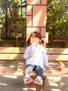 アイスクリームを食べる女の子の写真・画像素材[4430467]