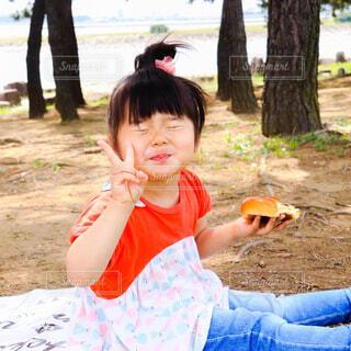 パンを食べる女の子の写真・画像素材[4604120]