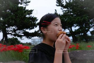 おやつを食べる少女の写真・画像素材[4857984]