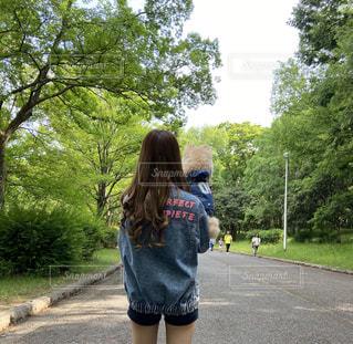 女性,家族,犬,自然,風景,空,ポメラニアン,緑,葉っぱ,散歩,日常,樹木,ペット,癒し,ペアルック,愛犬,おそろコーデ,デニム,緑地公園,ジャケット