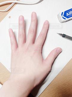 男性,屋内,白,手,男,指,ペン,爪,親指