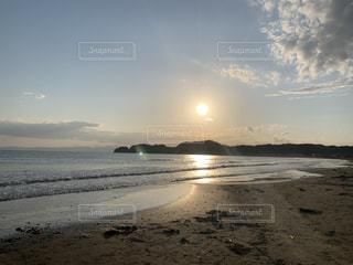 自然,海,空,屋外,太陽,ビーチ,雲,砂浜,波,散歩,水面,海岸,夕方,山,反射,ランニング,日中,腫れ