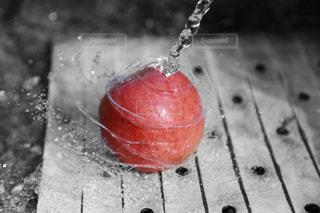 赤,綺麗,水,かっこいい,モノクロ,白黒,果物,水しぶき,美味しい,クール,アイデア,部分カラー,リンゴ,画期的,Photoshop