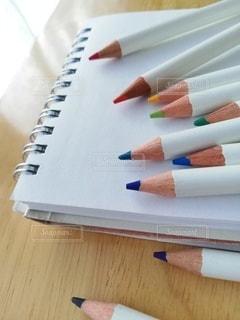 スケッチブックの上の色鉛筆の写真・画像素材[3291401]