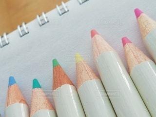 スケッチブックの上の色鉛筆の写真・画像素材[3291404]