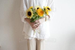 花を持つ手の写真・画像素材[3550312]