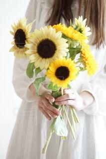 花を持つ手の写真・画像素材[3550311]