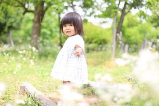 自然,風景,公園,春,屋外,緑,階段,子供,女の子,少女,草,人物,人,笑顔,可愛い,幼児