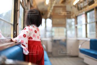 子ども,ファッション,風景,屋外,かわいい,電車,少女,人,幼児,レジャー,袴,レトロ電車,ベビー袴