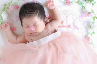 子ども,自然,屋内,眠る,人物,人,赤ちゃん,幼児,新生児,ベビーベッド,ベッド,ニューボーンフォト,ベビードレス,ピンクのドレス