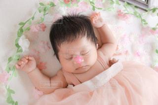 子ども,自然,屋内,ピンク,かわいい,少女,眠る,人物,人,赤ちゃん,幼児,新生児,ベビーベッド,ベッド,ニューボーンフォト,ベビードレス,ピンクのドレス