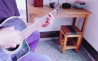 ギター練習風景の写真・画像素材[3227074]
