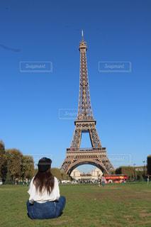 空,建物,屋外,海外,赤,白,晴れ,青,後ろ姿,草,タワー,人,旅行,パリ,エッフェル塔,海外旅行