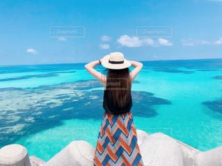 自然,風景,海,空,ビーチ,青,後ろ姿,帽子,水面,沖縄,泳ぐ,人,ブルー,八重山,波照間ブルー,波照間,フォトジェニック