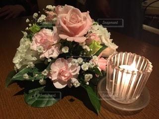 テーブルの上に花束をの写真・画像素材[3601483]