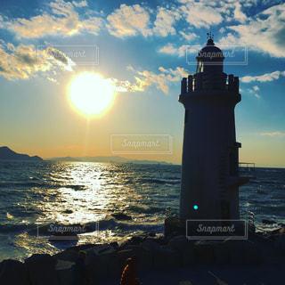 風景,海,空,屋外,太陽,雲,夕暮れ,波,灯台,夕陽,日中,陽