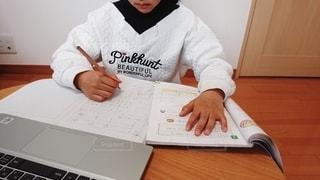 屋内,テーブル,パソコン,ノートパソコン,中学生,小学生,デスク,PC,宿題,家庭,自宅,課題,授業,タブレット,テキスト,Web,在宅,算数,1人,休校,オンライン,配信,家庭学習,自宅学習,臨時休校,オンライン授業,オンライン学習,自学自習