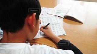 屋内,テーブル,中学生,小学生,デスク,宿題,家庭,自宅,課題,授業,テキスト,Web,在宅,算数,1人,休校,家庭学習,自宅学習,臨時休校,自学自習