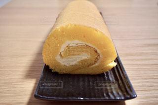 木製のテーブルの上に座っているケーキの写真・画像素材[3224604]