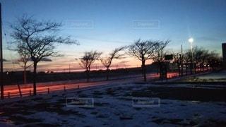 街の通りに沈む夕日の写真・画像素材[3225004]