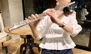 フルートを吹く女性の写真・画像素材[3226067]