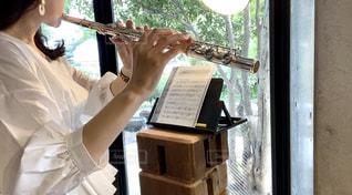素敵な空間でフルートを吹く女性の写真・画像素材[3226068]