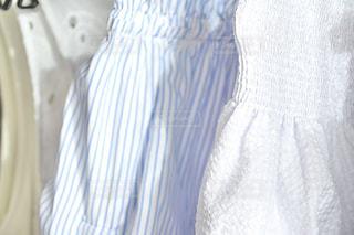 ファッション,夏,白,青,日常,洋服,ハンガー,人,服,生活,コーデ,ライフスタイル,生地,収納,ストライプ,クローゼット,オフショル,夏服,衣替え,整理整頓,トップス,夏物,おうち時間