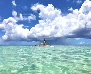 海で泳いでいる人の写真・画像素材[3596433]