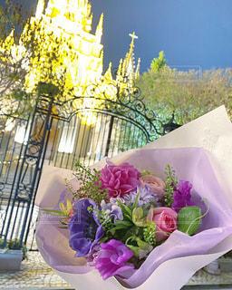 紫色の花で満たされた花瓶の写真・画像素材[3596463]