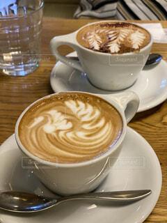 テーブルの上にコーヒーを一杯入れるの写真・画像素材[3856277]