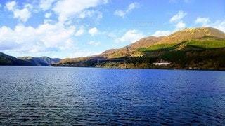 背景に山のある大きな水域の写真・画像素材[3228305]