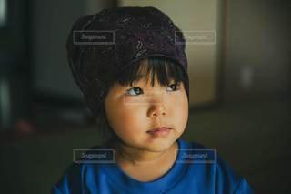 子ども,屋内,青,紫,女の子,少女,光,人,顔,和室,幼児,バンダナ,陰,掃除,お手伝い,3歳,おうち時間