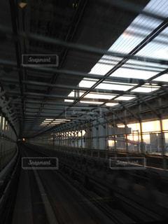 夕暮れどき、レインボーブリッジを走るゆりかもめの車窓からの写真・画像素材[3256129]