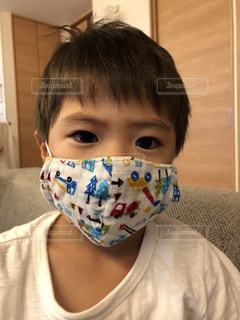 マスクしている男の子の写真・画像素材[3282853]