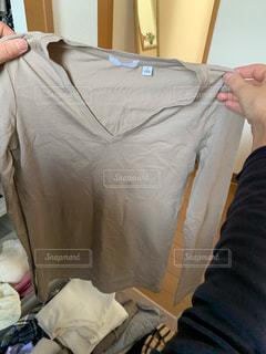 夏,手,日常,洋服,人,シャツ,生活,ベージュ,ライフスタイル,断捨離,収納,クローゼット,選ぶ,迷う,衣替え,整理整頓,60代女性