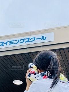 建物の前に立っている人の写真・画像素材[3443724]