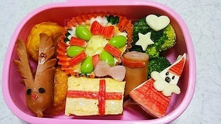 皿の上に異なる種類の食べ物が入った箱の写真・画像素材[3636490]
